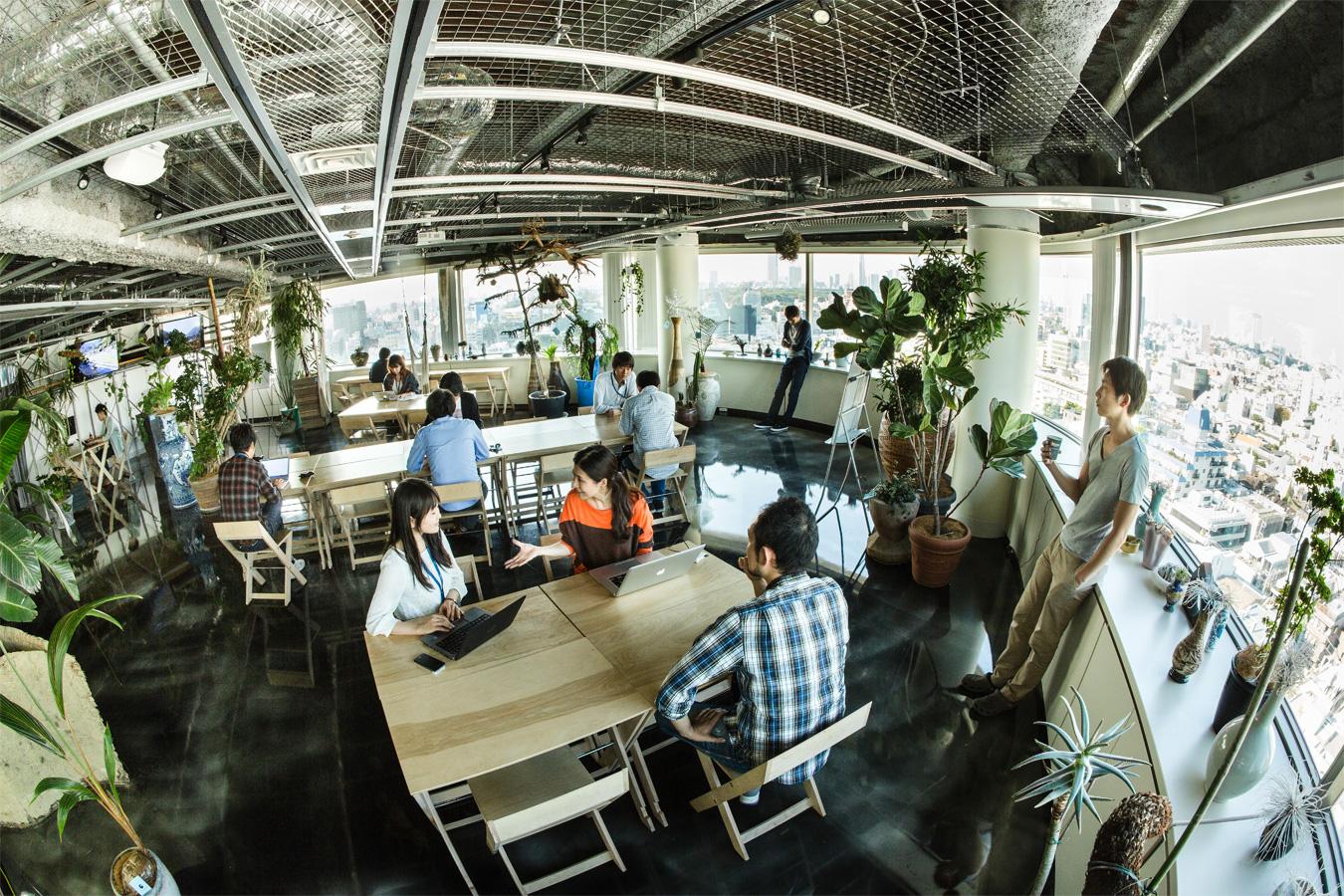 東京・表参道本社とのコミュニケーションはオンライン、オフラインの両方でとっていると辰濱さん。