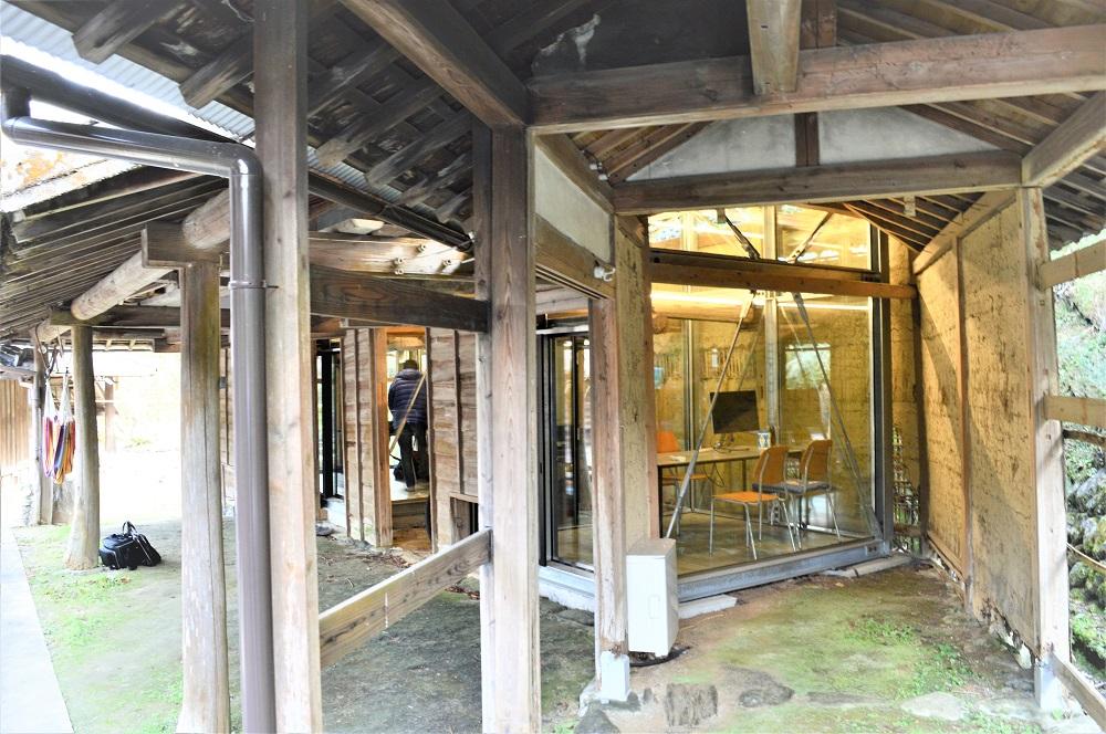 牛小屋だった建物の中にガラス張りのワークスペースがあります。