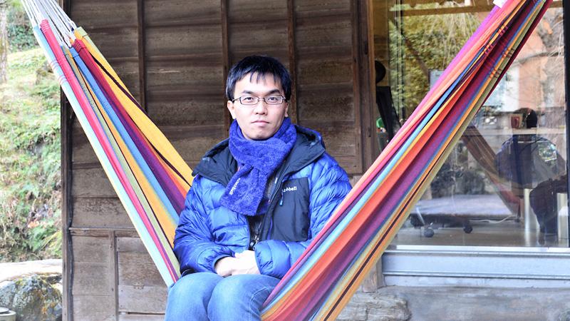 辰濱 健一 氏 移住転職のご縁:徳島のソフトウェア会社に新卒入社 勤務先:Sansan株式会社 Sansan神山ラボ Eight事業部  法人向けクラウド名刺管理サービス『Sansan』、名刺アプリ『Eight』を提供するSansan 。 その徳島のサテライトオフィスであるSansan神山ラボでエンジニアとして勤務する傍ら、新しい働き方を発信。
